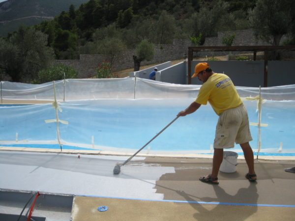 Applying aliphatic PU coating on a pool deck
